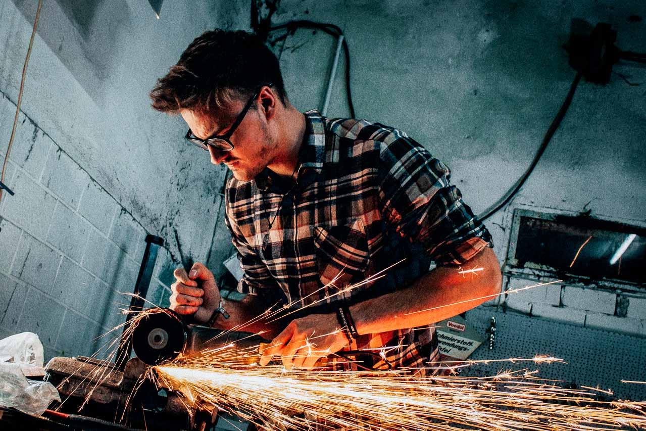 Reklamefotograf med stor erfaring og ekspertice inden for fotografering i produktion og industri.